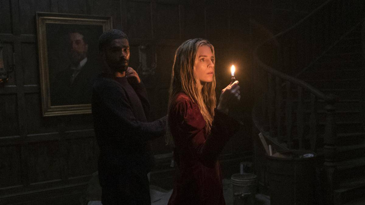 Brit Marling (Prairie Johnson) y Kingsley Ben-Adir (el detective) en The OA